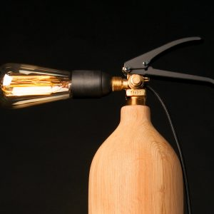 A-Broad Studio The Bonfire luminaire lampe a poser upcycle extincteur bois chene